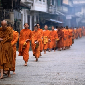 Indokiinan_helmet/Monks-on-Tak-Baat-or-alms-round-collecting-food-in-morning
