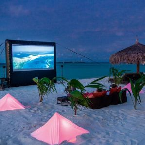 Valtiot/Malediivit/2020/luksus/Moofushi-couple-at-beach-movies
