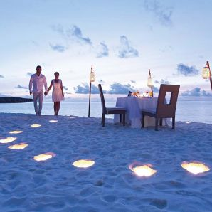 Valtiot/Malediivit/2020/luksus/Moofushi-couple-going-to-beach-dinner