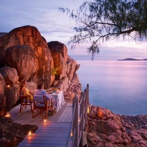 Valtiot/Seychellit/2020/Lemuria/lemuria-seychelles-2016-ab-nest-dinner-on-the-rocks-01